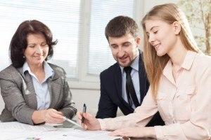 klienci w banku czytający umowę