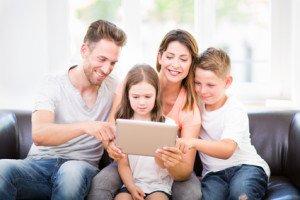 rodzina czyta artykuł na tablecie