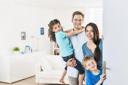uśmiechnięta rodzina na tle pokoju